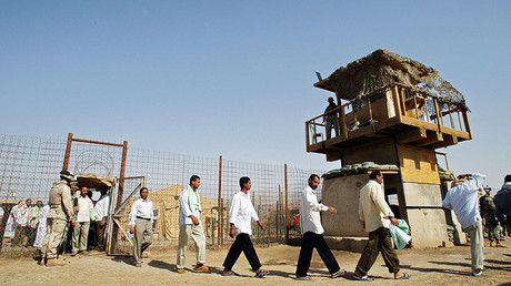 FILE PHOTO: Freed Iraqi prisoners walk out of Abu Ghraib prison, west of Baghdad, Iraq June 23. 2006 © Stringer