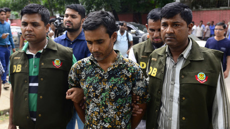 Bangladesh police parade suspect Shariful Islam Shihab (C) in Dhaka on May 15, 2016, after his arrest in connection with the murder of two gay rights activists. © AFP