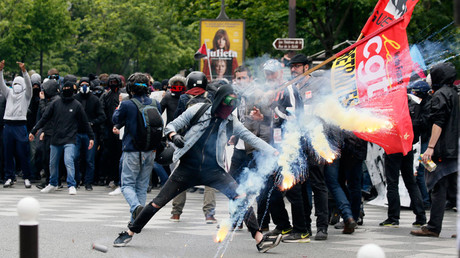 Protestors clash with riot police during a demonstration against French labour law reforms in Paris, France, May 17, 2016. © Gonzalo Fuentes