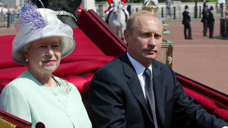 FILE PHOTO: Britain's Queen Elizabeth II and Russian President Vladimir Putin ride in a carriage to Buckingham Palace in London, Britain, June 24, 2003 © Grigory Dukor