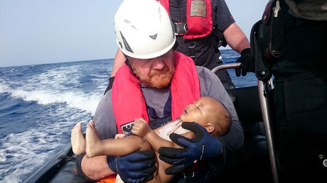 Powerful image of drowned baby highlights divisions in migrant crisis response (PHOTO)