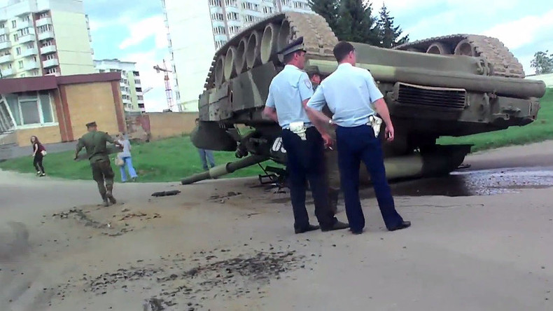 Nothing unusual, just a T-80 tank overturned near Moscow in road mishap (VIDEOS, PHOTOS)