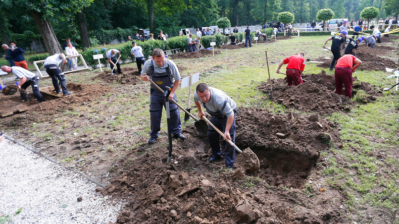Race to the bottom: Hungarian undertakers move heaven and earth in grave-digging contest (VIDEO)