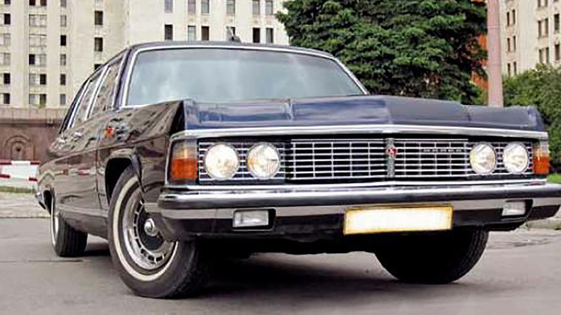 Vintage limo police chase ends with shot tire outside the Kremlin (VIDEO)
