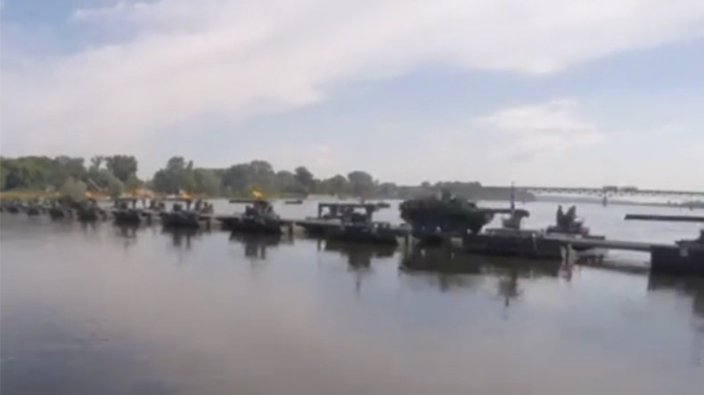 Anaconda bridge: NATO troops build floating rig over Polish river in war games (VIDEO)