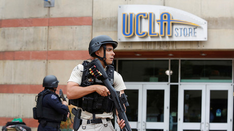 A Los Angeles Metro Police officer stands watch on the University of California, Los Angeles (UCLA) campus after it was placed on lockdown following reports of a shooter in Los Angeles, California June 1, 2016 © Patrick T. Fallon