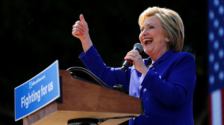 U.S. Democratic presidential candidate Hillary Clinton gives a thumbs-up during a campaign stop and speech in Los Angeles, California, United States June 6, 2016. © Mike Blake