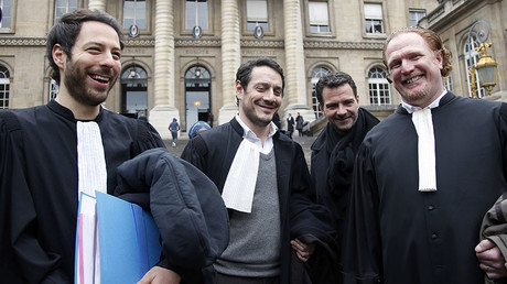 Former trader Jerome Kerviel (2ndR), his lawyers David Koubbi (C) and Benoit Pruvost (R) leave the courthouse in Paris, France. © Charles Platiau