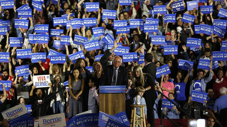 Democratic US presidential candidate Bernie Sanders is joined on stage by members of his family as he speaks to supporters in Santa Monica, California, June 7, 2016. © Mario Anzuoni