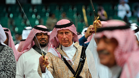 Britain's Prince Charles (C), wearing a traditional Saudi uniform © Fayez Nureldine