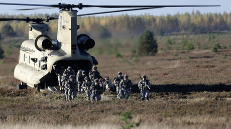 FILE PHOTO: Members of the U.S. Army's 173rd Airborne Brigade Combat Team leave a Chinook helicopter during the Silver Arrow NATO military exercise in Adazi, Riga, Latvia © Ints Kalnins