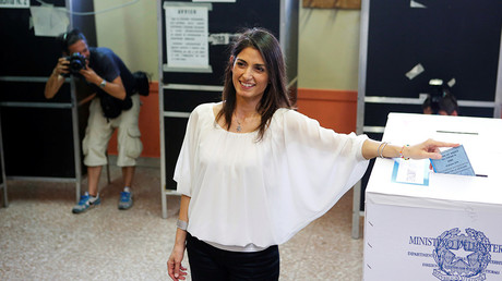 Virginia Raggi, 5-Star Movement candidate for Rome's mayor, casts her vote at the polling station in Rome, Italy June 19, 2016 © Remo Casilli