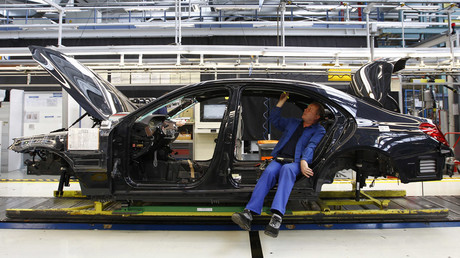 An employee works on the new Mercedes-Benz S-class car at the plant in Sindelfingen near Stuttgart © Michaela Rehle