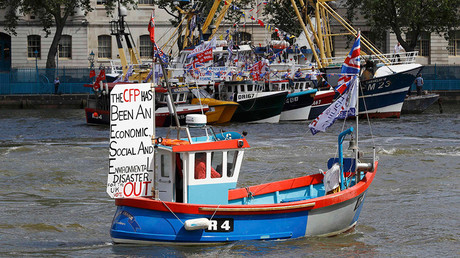 A boat forming part of a flotilla of fishing vessels campaigning to leave the European Union sails up the river Thames in London, Britain © Stefan Wermuth