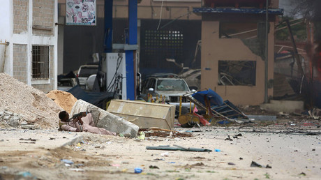 A Somali government soldier holds his position during gunfire after a suicide bomb attack outside Nasahablood hotel in Somalia's capital Mogadishu, June 25, 2016. © Feisal Omar
