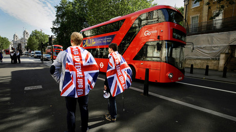 Vote leave supporters stand outside Downing Street in London, Britain June 24, 2016 after Britain voted to leave the European Union. © Kevin Coombs