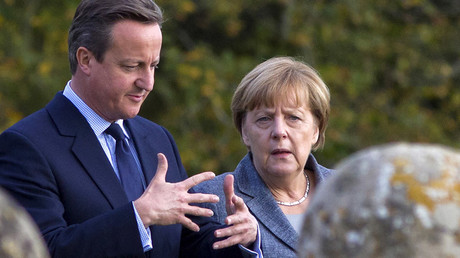 Britain's Prime Minister David Cameron (L) walks around the rose garden with German Chancellor Angela Merkel © Justin Tallis
