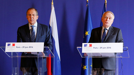 French Foreign Minister Jean-Marc Ayrault (R) and Russian Foreign Minister Sergey Lavrov attend a news conference following their meeting at the Quai D'Orsay in Paris, France, June 29, 2016 © Jacky Naegelen