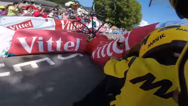 Promo banner crashes on British cyclist at Tour De France (VIDEO)
