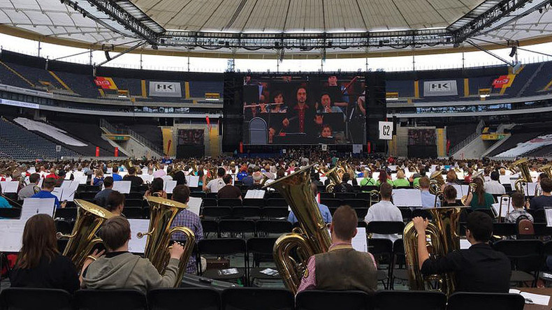 Mass orchestra snares world record with 7,500 instrument performance (VIDEO)