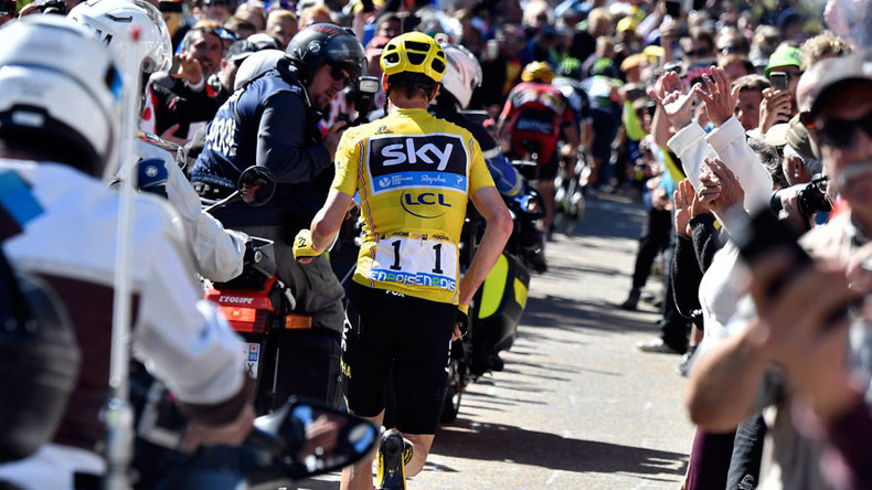 Tour de France leader Froome ran 1km to finish line after crashing into TV motobike (VIDEO, PHOTOS)