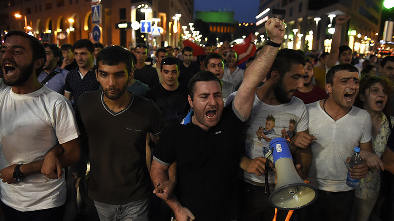 Protesters clash with police in Yerevan amid ongoing hostage situation