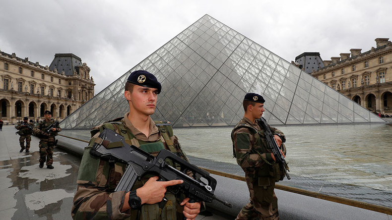 Fire system malfunction triggers panic and stampede in Louvre