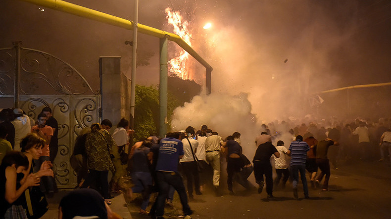 60 injured as Yerevan police disperse protesters from besieged police station (PHOTO, VIDEO)