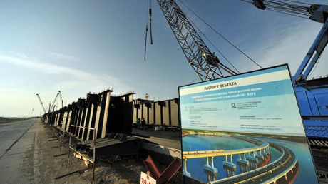 Erection of a passage span for a highway bridge across the Strait of Kerch in Crimea. © Georgiy Zimarev