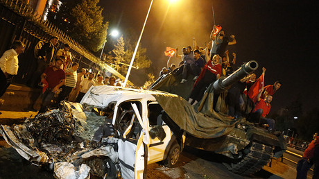 People surround a Turkish army tank in Ankara, July 16, 2016 © Tumay Berkin