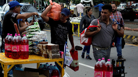 Colombian street vendor (L) sells his products at the Colombian-Venezuelan border in Cucuta, Colombia, July 16, 2016 © Carlos Eduardo Ramirez