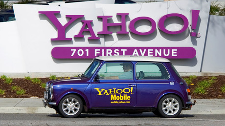 A man drives a Mini Cooper with a Yahoo! logo in front of Yahoo! headquarters in Sunnyvale, California © Kimberly White
