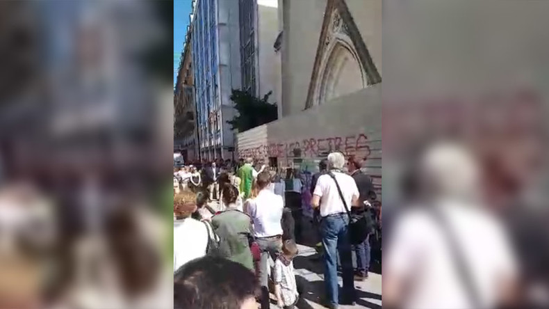 Holy Mass & protest at Paris church set for demolition to create 'parking lot' (PHOTOS, VIDEO)