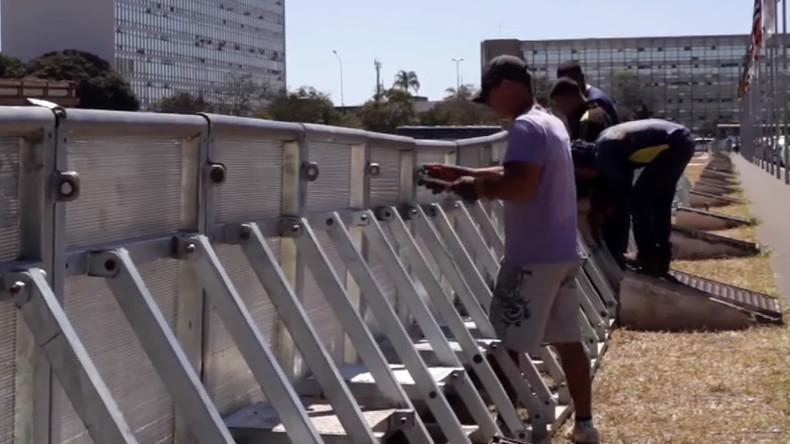 Brazil opts for wall to keep pro- & anti-Rousseff protests apart (VIDEO)