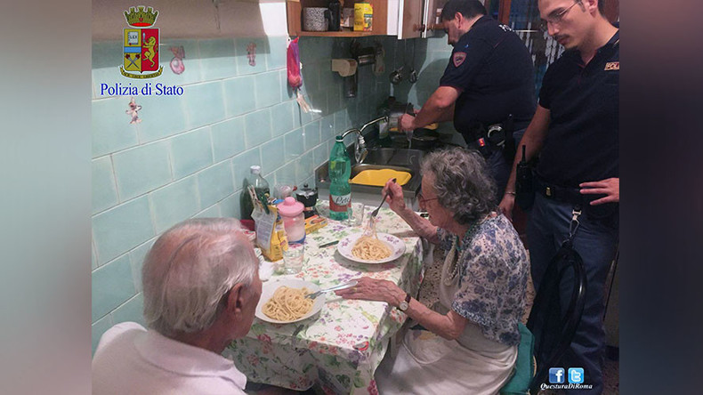 Secret ingredient: Humanity… Italian cops cook pasta for crying elderly couple (PHOTOS)