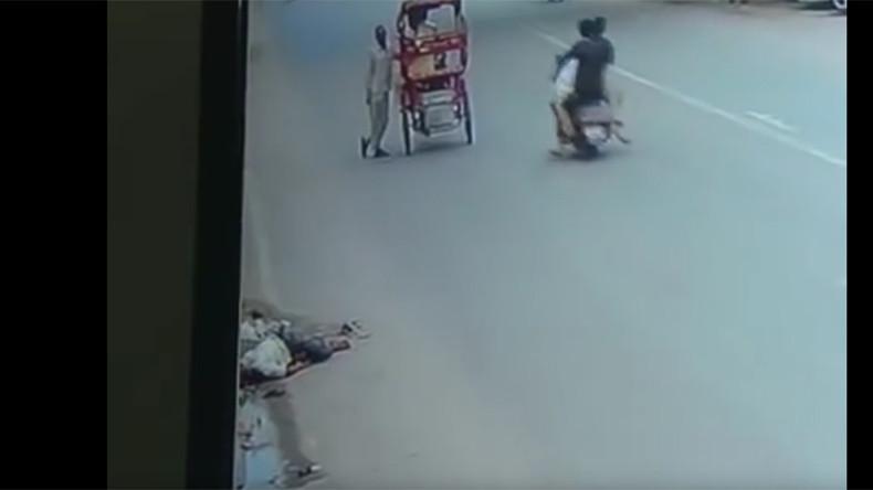Man hit by truck ignored by 140 cars, 82 rickshaws, 181 bikers, 45 pedestrians (VIDEO)