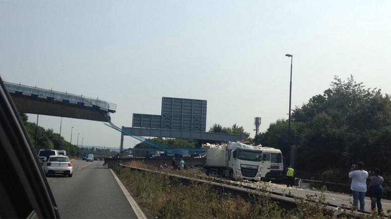 At least 1 injured following footbridge collapse over UK motorway (VIDEO, PHOTOS)