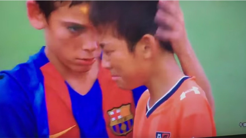 Barcelona youngsters console opponents in heartwarming moment (VIDEO)