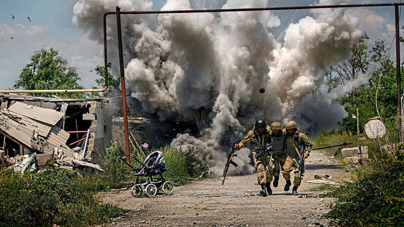 Dramatic viral combat photo from eastern Ukraine 'clearly staged' – war photographer to RT