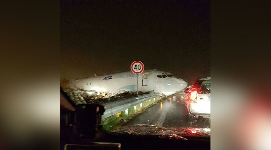 DHL plane crashes on road after overshooting runway at Italian airport (PHOTOS, VIDEO)