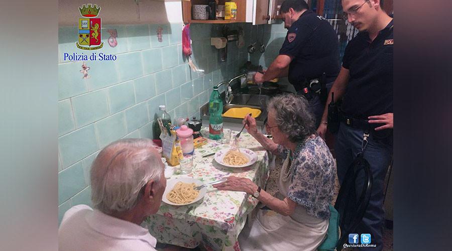 Secret ingredient: Humanity… Italian cops cook pasta for crying elderly couple (PHOTOS)