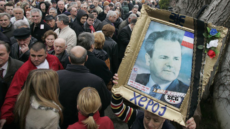 Supporters of Slobodan Milosevic wait in line to pay their respect at the former president's grave in Pozarevac March 10, 2007. © Marko Djurica