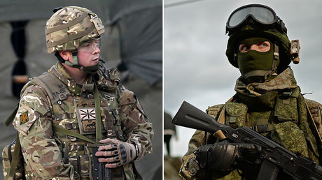 British (L) and Russian (R) soldiers. © Reuters
