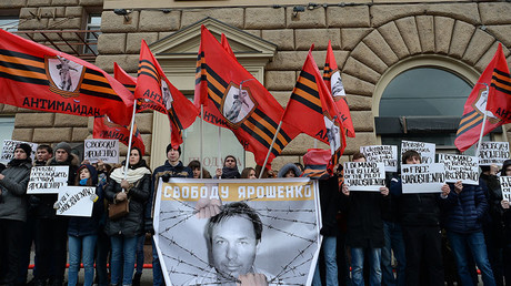 AntiMaidan movement members rally in front of the US Embassy in Moscow to support Russian pilot Konstantin Yaroshenko, who is serving a sentence in the US. © Alexander Vilf