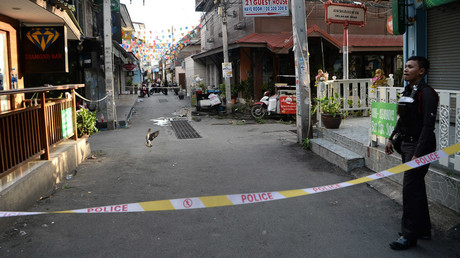 A Thai police stands guard where a small bomb exploded in Hua Hin on August 12, 2016. © Munir Uz Zaman