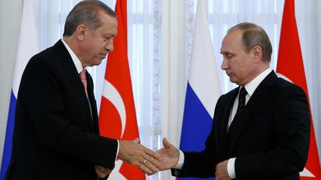 Russian President Vladimir Putin shakes hands with Turkish President Tayyip Erdogan © Sergei Karpukhin