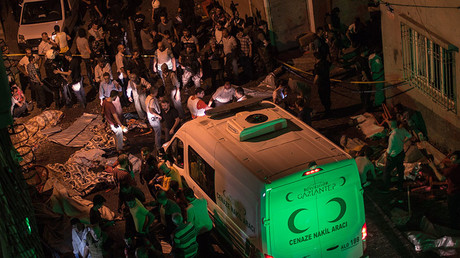 Ambulances arrive at site of an explosion on August 20, 2016 in Gaziantep following a late night militant attack on a wedding party in southeastern Turkey. © AFP