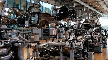 A worker walks in the factory inside the Glaeserne Manufaktur (transparent factory) where Germany's car maker Volkswagen AG assemble the luxury model Phaeton, in Dresden © Fabrizio Bensch