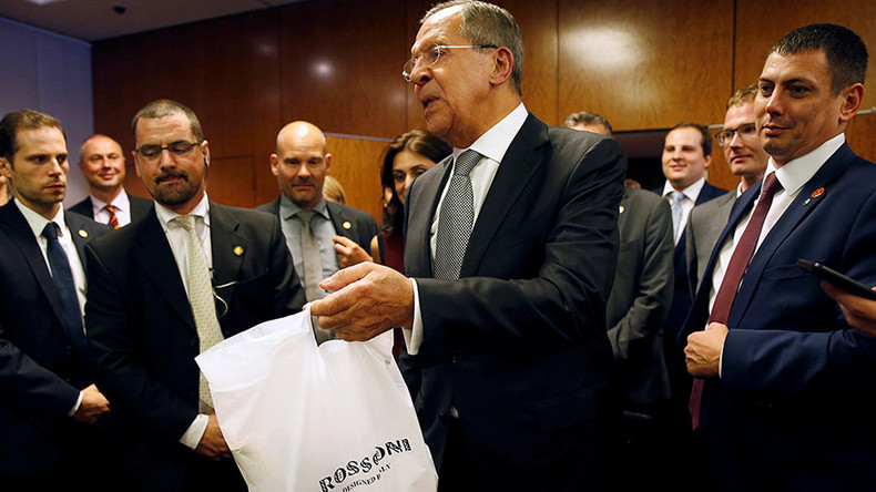 When only pizza & vodka will do: Lavrov treats tired journos to US-Russian snack after Syria talks