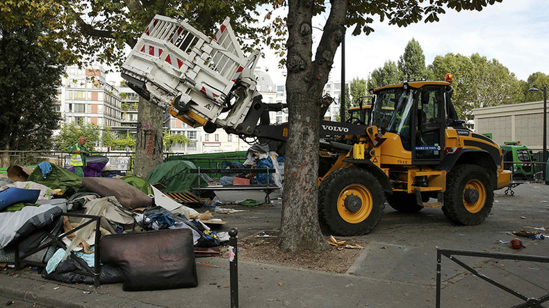 Paris authorities bulldoze 2 tent camps, relocate over 2,000 migrants (VIDEO)